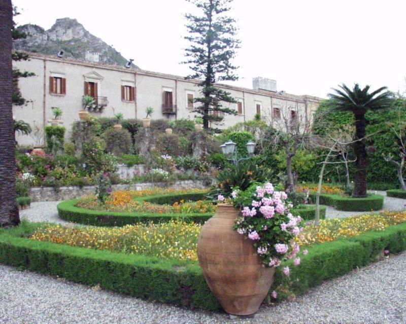タオルミーナ ホテル 庭